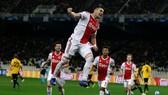 AEK Athens - Ajax 0-2: Dusan Tadic ghi bàn, CĐV Hà Lan bị ném bom xăng