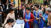 Phu nhân, phu quân các lãnh đạo nền kinh tế thành viên APEC thăm phố cổ Hội An