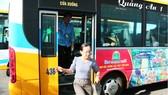 Hành khách đi xe buýt