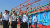Phó Thủ tướng Thường trực Chính phủ Trương Hòa Bình thị sát các xã ven biển Quảng Bình