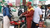Khách hàng mua xăng tại một cây xăng trên đường Bùi Thị Xuân, quận 1, TPHCM
