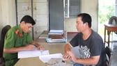Một trong 4 đối tượng hành hung nhà báo bị công an huyện Thạnh Hóa mời đến lấy lời khai. Ảnh: KIẾN VĂN