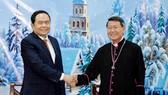 Chủ tịch Ủy ban Trung ương MTTQ Việt Nam Trần Thanh Mẫn chúc mừng Giáng sinh Tổng thư ký Hội đồng Giám mục Việt Nam Nguyễn Văn Khảm. Ảnh: KIẾN VĂN