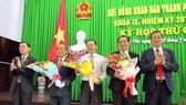 Ông Mai Như Toàn (thứ 2 từ phải qua) thời điểm trúng cử chức vụ Ủy viên UBND TP Cần Thơ. Ảnh: TUẤN QUANG