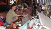 Tảng đá hơn 2 tấn lăn vào nhà ông Nguyễn Văn Dương khi gia đình ông đang ăn cơm. Ảnh: VĨNH THUẬN