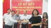 Đại diện Ban Tuyên giáo Tỉnh ủy Bến Tre và đại diện Ban Biên tập Báo SGGP ký kết hợp tác thông tin - truyền thông. Ảnh: HÀM LUÔNG