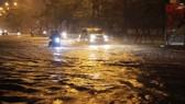 Mưa lớn, đường phố Hà Nội lại ngập