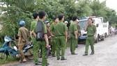 Lực lượng công an tiếp tục bám địa bàn, tìm kiếm học viên trốn trại. Ảnh: VĂN TRẦN