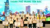 Phó Chủ tịch UBND TPHCM Nguyễn Thị Thu khen thưởng các tập thể và cá nhân tại Lễ bế mạc. Ảnh: NGUYỄN NHÂN