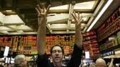 19-4: S&P hạ dự báo tín dụng, TTCK Hoa Kỳ lao dốc