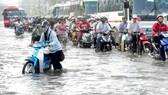 TPHCM còn nhiều điểm ngập nước do mưa lớn, triều cường