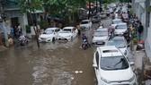 Xe hơi không dám đi vì đường Nguyễn Hữu Cảnh ngập sâu trong cơn mưa chiều 21-6-2017. Ảnh: Quốc Hùng