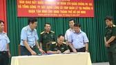 Thượng tướng Nguyễn Phương Nam, Phó Tổng tham mưu Trưởng Quân đội nhân dân Việt Nam ký biên bản bàn giao đất cho UBND TPHCM