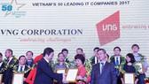 Giám đốc Sở TT-TT TPHCM Dương Anh Đức trao phẩn thưởng cho đại diện VNG