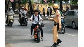 Lỗi vi phạm không đội nón bảo hiểm khi sử dụng xe đạp điện: Ảnh: ATGT