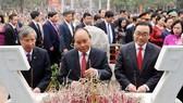 Thủ tướng Nguyễn Xuân Phúc và các đại biểu dâng hương, hoa tại Tượng đài Hoàng đế Quang Trung. Ảnh: VGP