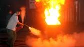 Bảo vệ chợ Tân Bình sử dụng bình CO2 dập lửa