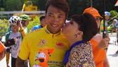 Việt Hương gởi tặng nụ hôn cho áo vàng Nguyễn Thành Tâm. Ảnh: HOÀNG HÙNG