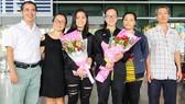 Tiên, Khanh và gia đình tại sân bay Tân Sơn Nhất. Ảnh: NHẬT ANH