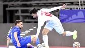 Minh Trí trong nỗ lực đi bóng qua người cầu thủ Croatia. Ảnh: ANH TRẦN