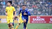 Sai lầm của Xuân Mạnh đã tạo cơ hội cho Thiago ghi bàn thắng cho Quảng Nam. Ảnh: MINH HOÀNG