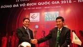 Ông Trần Thanh Hải và ông Trần Anh Tú tại lễ ra mắt nhà tài trợ Nuti Cafe V-League 2018. Ảnh: ANH TRẦN