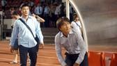HLV Miura đang chờ sự tiếp sức từ đồng nghệp Hữu Thắng. Ảnh: DŨNG PHƯƠNG