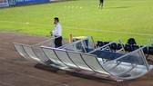 Gió lốc khiến khu kỹ thuật của đội chủ nhà cũng bị ảnh hưởng trong giờ nghỉ