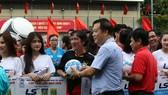 Đại diện nhà tài trợ Thái Sơn Nam tặng quà và bắt tay chào mừng các đội dự giải
