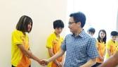 Phó Thủ tướng bắt tay chào mừng các thành viên của đội tuyển