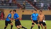 Khán giả xuống sân phản ứng trọng tài, trận Nam Định - SLNA. Ảnh: MINH HOÀNG