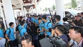 Đội tuyển rời sân bay để về khách sạn. Ảnh: HƯƠNG THỦY