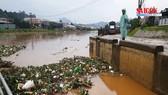 Rác thải tràn xuống hồ Xuân Hương sau trận mưa lớn