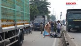Người đi đường tử vong do bạt che thùng xe tải rơi xuống đường