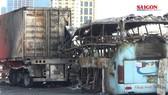 Hà Nội: Xe khách va vào container bốc cháy, một người tử vong