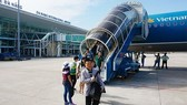 Passengers get off an plane at Da Nang International Airport (Source: vietnamnet.vn)