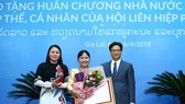 Deputy Prime Minister Vu Duc Dam (first, right) presents the Order of Independence, second class, to Inlavan Keobounphan, President of the Laos Women's Union (centre). (Photo: news.chinhphu.vn)