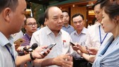 Prime Minister Nguyen Xuan Phuc speaks with the media on the sidelines of the NA's fifth session (Photo: VNA)