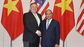 Prime Minister Nguyen Xuan Phuc (R) and US Secretary of State Mike Pompeo (Photo: VNA)