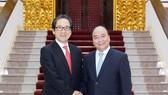 M Nguyen Xuan Phuc (R) and Hiroyuki Ishige, Chairman and CEO of the Japan External Trade Organisation (Photo: VNA)