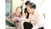 Deputy secretary of the Ho Chi Minh City Party Committee Tat Thanh Cang visits a Vietnamese heroic mother.  (Photo: Sggp)