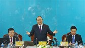 Prime Minister Nguyen Xuan Phuc (middle) speaks at the working session (Photo: VNA)