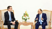 Prime Minister Nguyen Xuan Phuc (R) welcomes Estonian Foreign Minister Sven Mikser (Source: VNA)