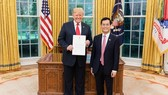 Vietnamese Ambassador Ha Kim Ngoc (R) presents his letter of credentials to US President Donald Trump (Source: VNA)