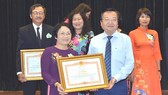 Director of the municipal Department of Education and Training, Le Hong Son congratulates teachers. (Photo: Sggp)