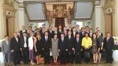 Chủ tịch UBND TPHCM Nguyễn Thành Phong (giữa) chụp ảnh lưu niệm với đoàn lãnh sự tại TPHCM