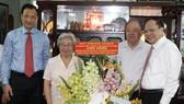 Lãnh đạo TPHCM thăm nhà giáo nhân kỷ niệm Ngày Nhà giáo Việt Nam 20-11
