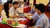 Sinh viên tìm kiếm cơ hội việc làm tại ngày hội việc làm do JESC tổ chức
