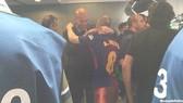 HLV Zidane đã kiên nhẫn đứng chờ nhiều phút để được ôm tạm biệt Iniesta. Ảnh: Marca