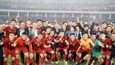 Thủ tướng Nguyễn Xuân Phúc và Chủ tịch Quốc Hội Nguyễn Thị Kim Ngân xuống sân chúc mừng và chụp hình cùng toàn đội sau trận đấu. Ảnh: HOÀNG HÙNG